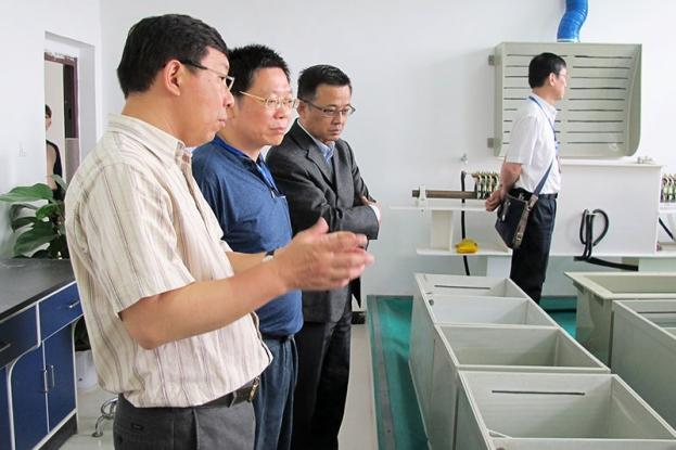领导参观公司标准生产示范线